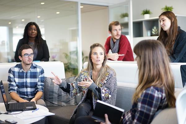 Jak agencja pomaga w poszukiwaniu pracy?